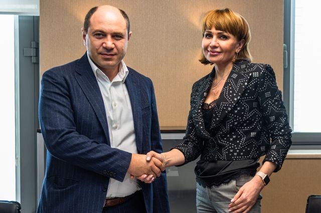 Учредитель компании ССК Карен Казарян и управляющая Краснодарским отделением ПАО «Сбербанк» Татьяна Сергиенко.