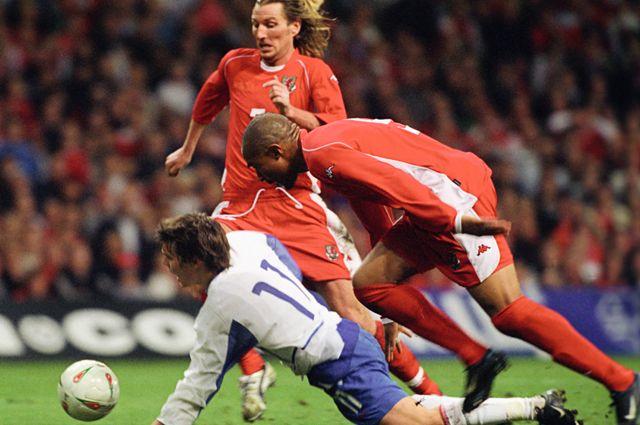 Матч сборных команд России и Уэльса за путевку на Евро-2004 в Португалию.