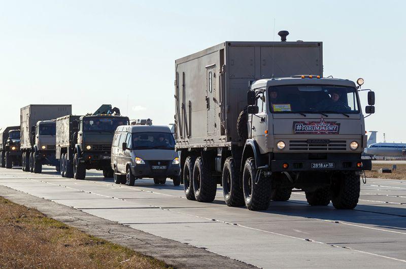 Колонна автомобилей с медицинским оборудованием, предназначенных для отправки в Италию для борьбы с вирусом COVID-19.
