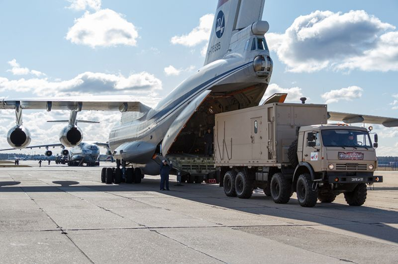 Автомобиль с медицинским оборудованием, предназначенным для отправки в Италию для борьбы с вирусом COVID-19, во время погрузки в военно-транспортный самолет ВКС России Ил-76 МД.