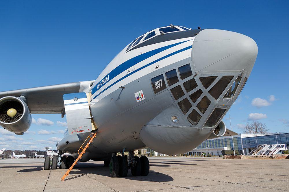 Россия отправила в Италию восемь мобильных бригад российских военных специалистов-вирусологов и медиков, автомобильные комплексы аэрозольной дезинфекции транспорта и территории, а также медицинское оборудование.