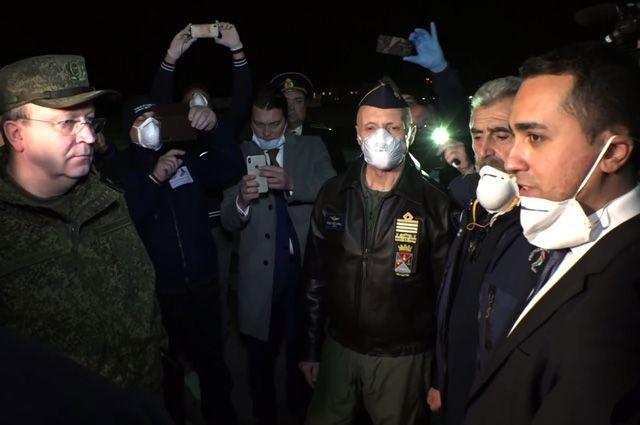 Министр иностранных дел Италии Луиджи Ди Майо (справа) во время встречи военно-транспортного самолета ВКС России Ил-76 МД с медицинским оборудованием, предназначенным для борьбы с вирусом COVID-19, на итальянской авиабазе «Практика-ли-Маре».