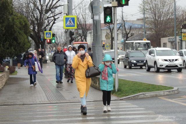 Людей на улицах в спальных районах Краснодара стало меньше.