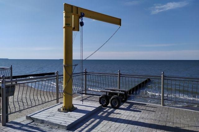 На променаде Зеленоградска установили подъёмник для плавсредств