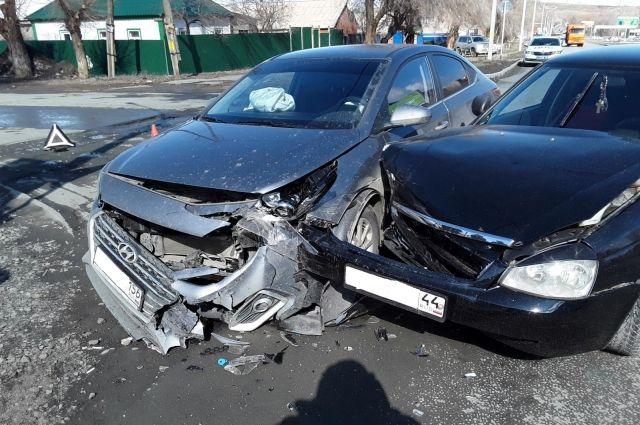 В Орске в ДТП пострадали три человека.