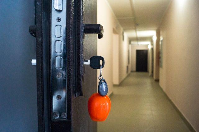 В Удмуртии 5-летняя девочка оказалась заблокирована в комнате общежития