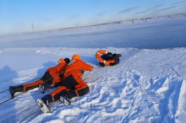 Спасатели аварийно-спасательной службы Новосибирской области оказали помощь нескольким рыбакам, которые могли утонуть.