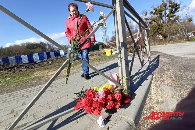 Жители несут цветы к месту, где погибла девочка.