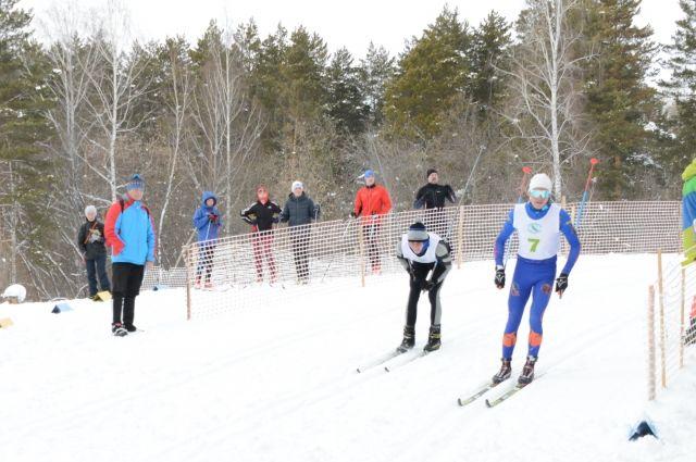 Молодые лыжники дружат между собой, а в гонках – соперничают.