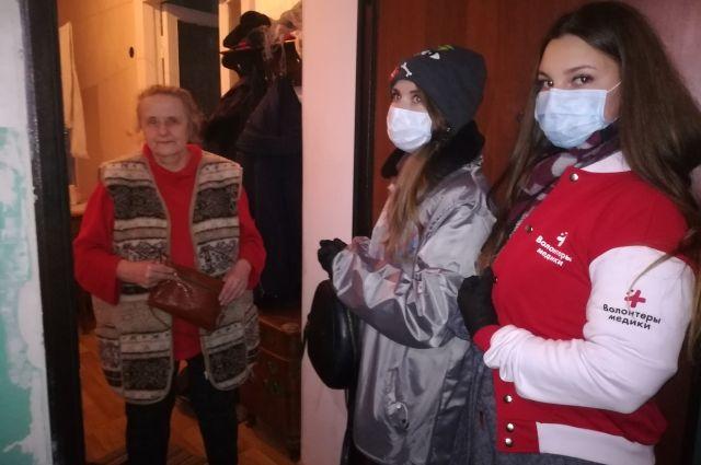 Волонтеры доставляют продукты и лекарства пожилым.