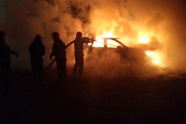 В Киеве в результате ДТП загорелся автомобиль: два человека погибли