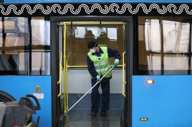В салонах спецсредствами обрабатывают все поверхности, включая кабину водителя, поручни, стёкла и сиденья.