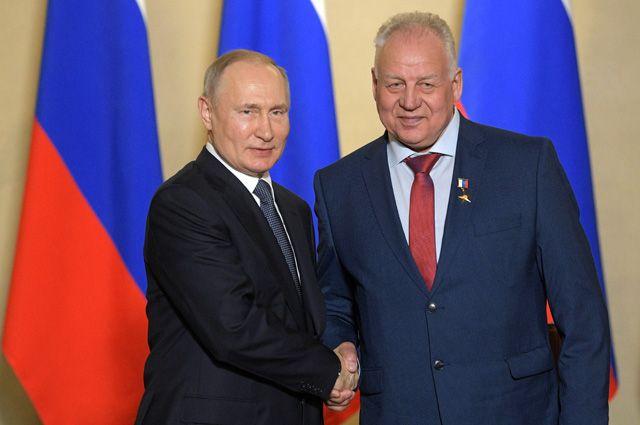 Владимир Путин и монтажник Николай Зайков, награжденный званием Герой Труда.