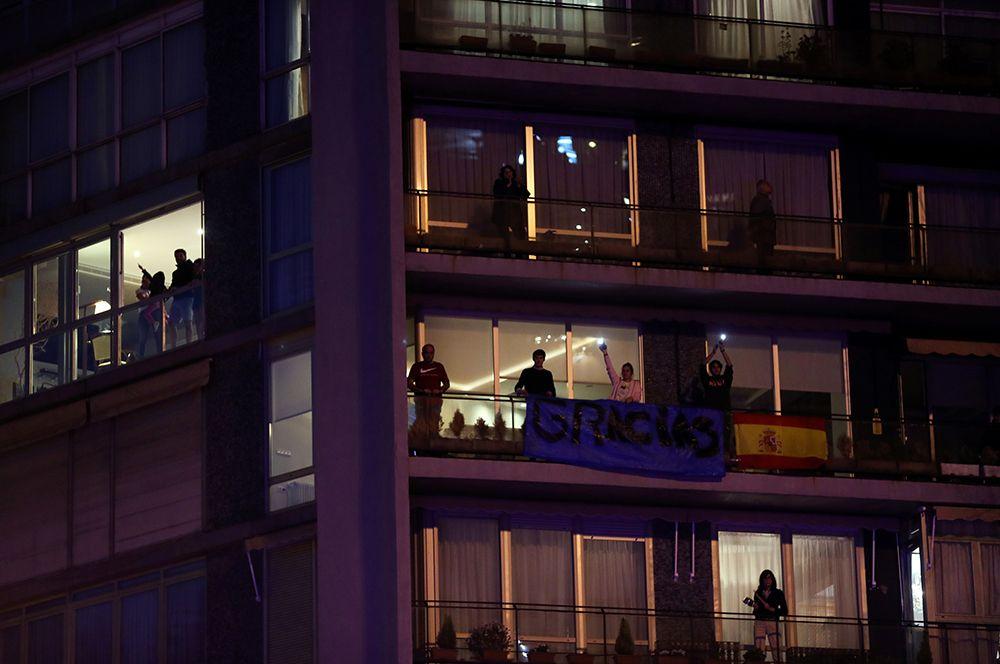 Жители Мадрида аплодируют со своих балконов в поддержку работников здравоохранения