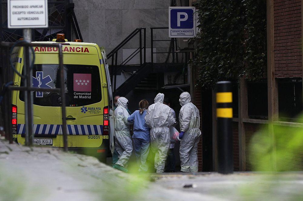 Пациента доставляют на машине скорой помощи в гостиницу, которая была переоборудована для лечения больных с коронавирусом, Мадрид.
