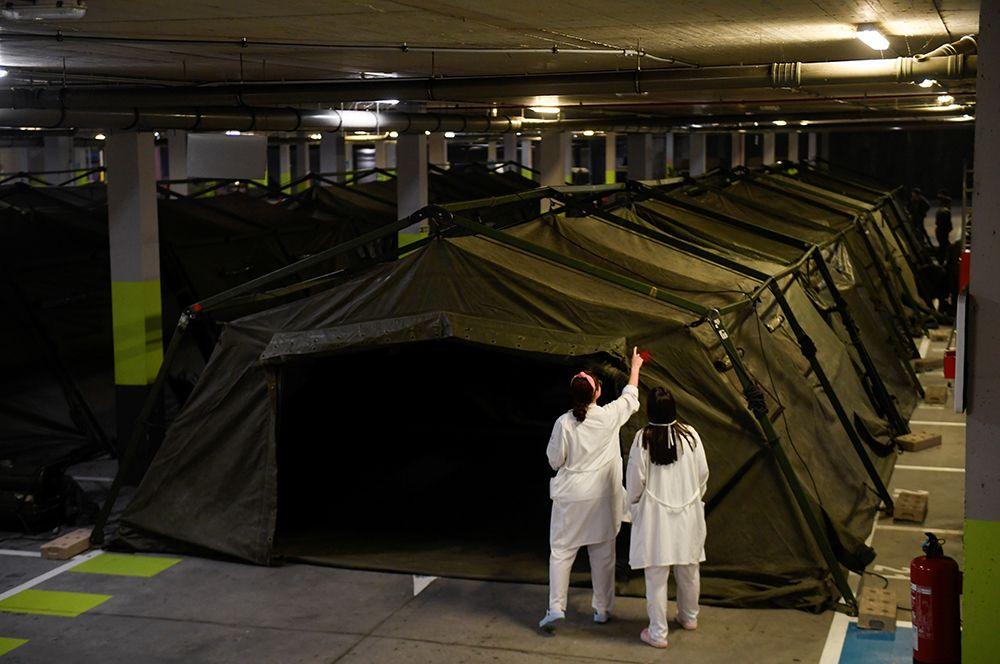 Служащие военного подразделения по чрезвычайным ситуациям (UME) устанавливают палаточный госпиталь на подземной стоянке в больнице Universitario Central de Asturias в Овьедо.