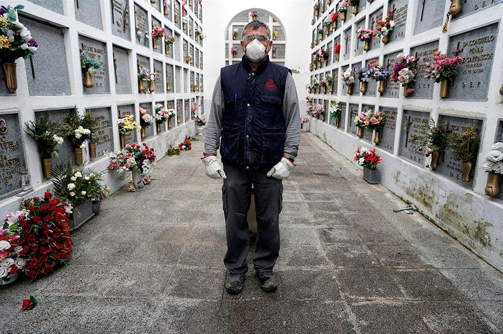 Могильщик кладбища Сан-Хусто в Мадриде.