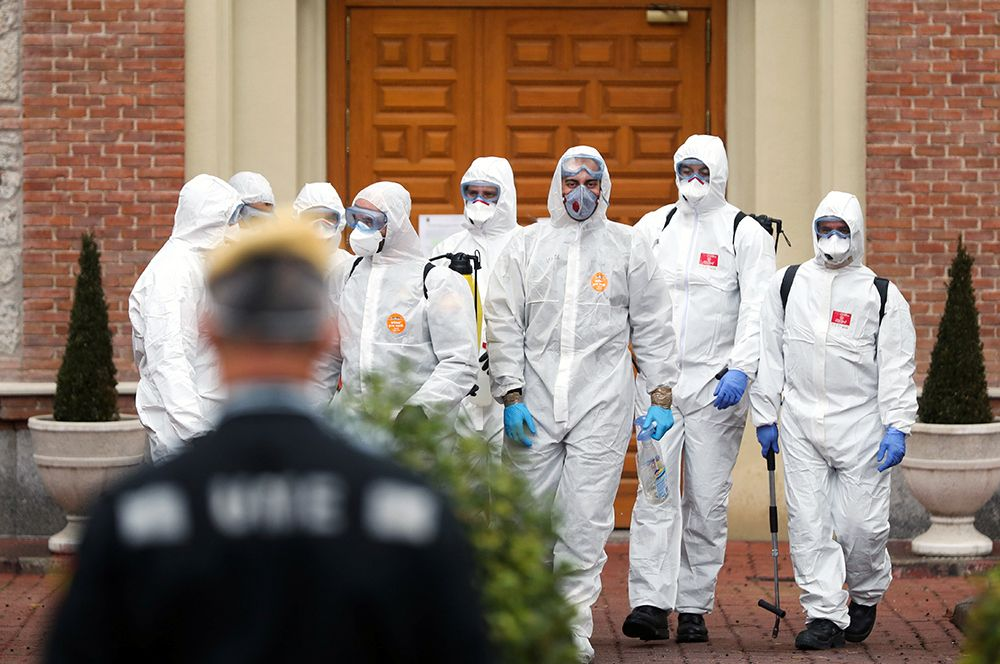 Служащие военного подразделения по чрезвычайным ситуациям (UME) у дома престарелых в Мадриде после проведения дезинфекционных процедур.