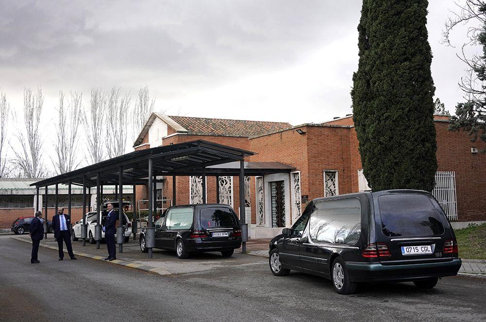 Ритуальные автомобили на кладбище Ла Альмудена в Мадриде.