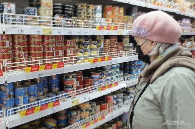 Местные торговые сети объявили, что замораживают цены на полторы сотни продуктов и товаров для предотвращения паники.