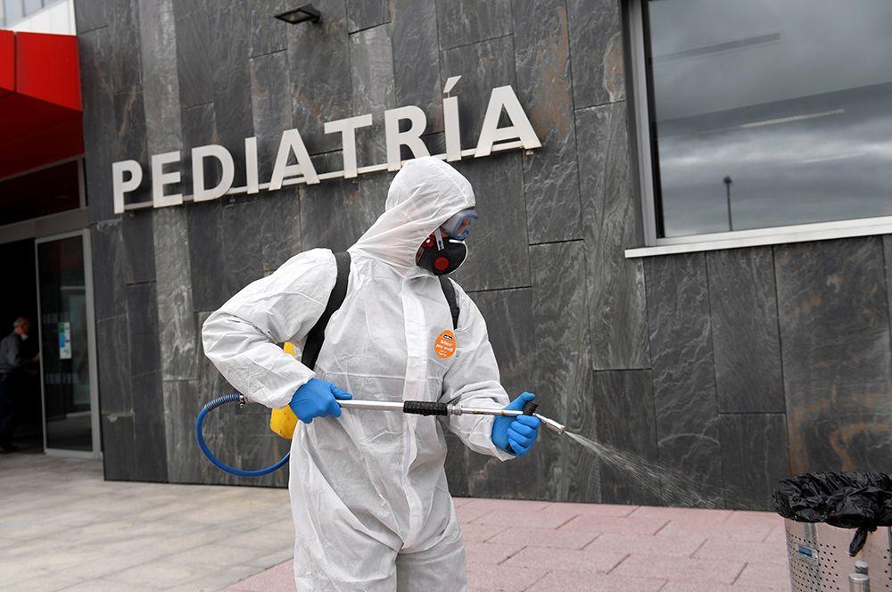 Служащие военного подразделения по чрезвычайным ситуациям (UME) проводят дезинфекцию у больницы  в Овьедо.