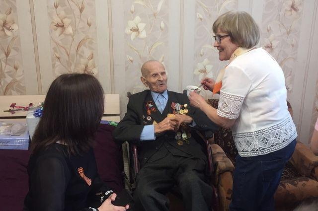 Долгожданное событие Афанасий Литвиненко отметил фронтовыми ста граммами. Горячего сладкого чая.