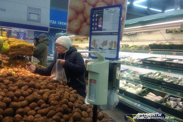 В некоторых супермаркетах покупателям предлагают обработать руки.