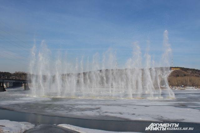 Лёд на Томи в районе коммунального моста взрывают почти каждый год.