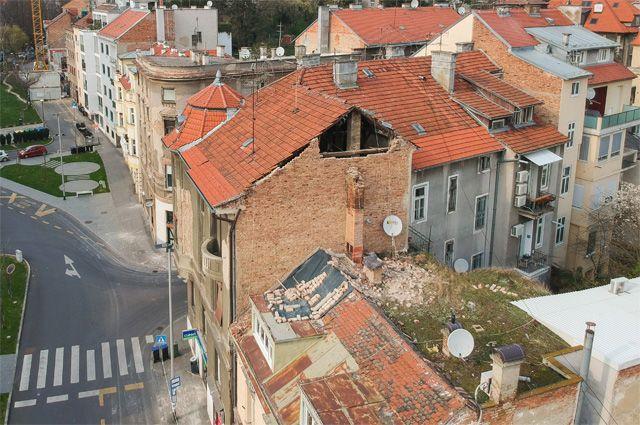 Здание, пострадавшее от землетрясения в Загребе.