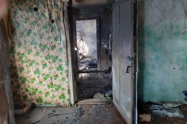 Огонь уничтожил кровать и вещи.