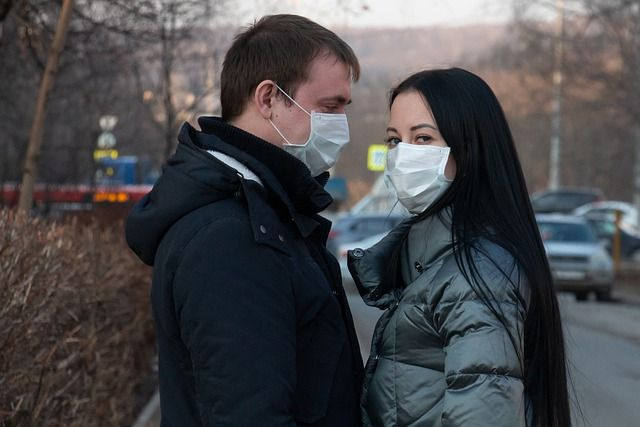 Жители РТ стараются выходить на улицу в масках.