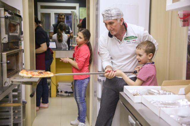 На уроки по приготовлению пиццы приходят даже дети.