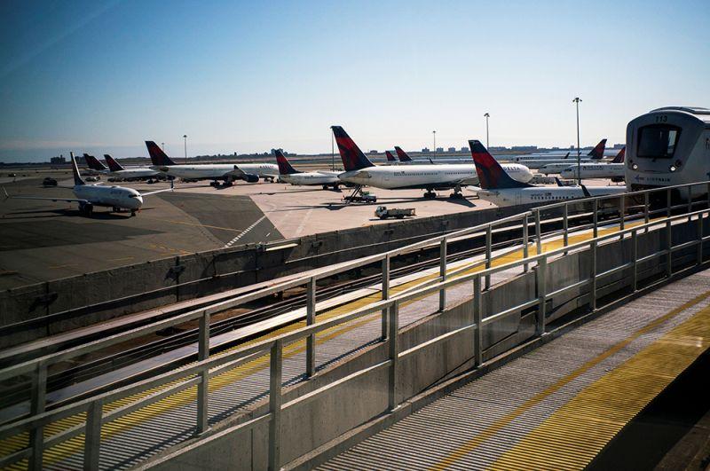 Самолеты в аэропорту Нью-Йорка.