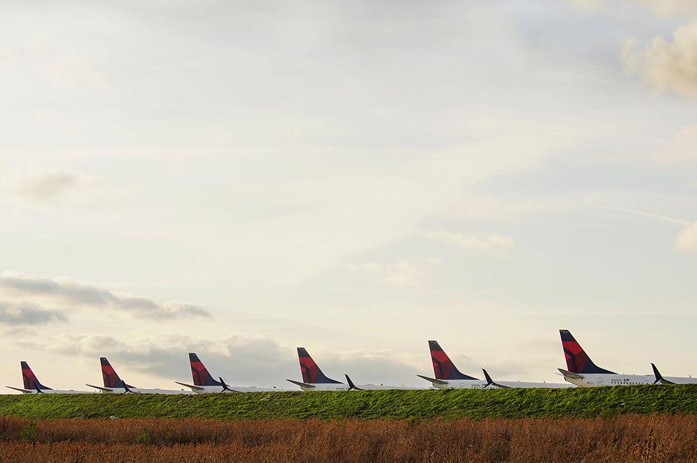 Пассажирские самолеты Delta Airlines 737 в международном аэропорту Атланты, Джорджия, США.