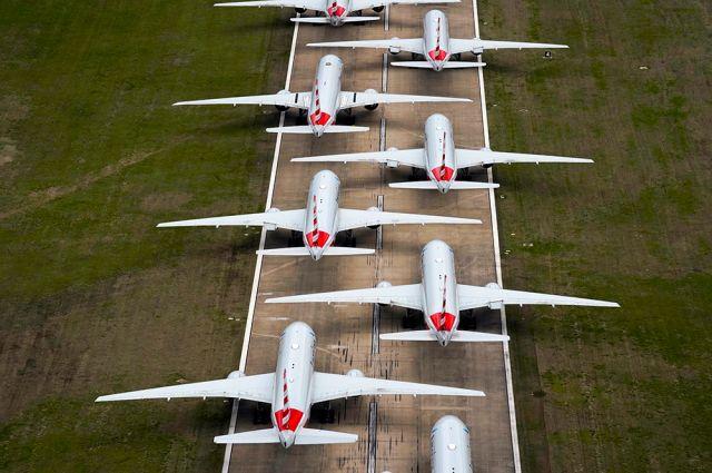Самолеты на стоянках во время карантина