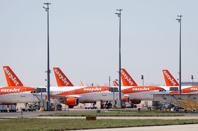 Самолеты лоукостера EasyJet в парижском аэропорту Шарль-де-Голль.