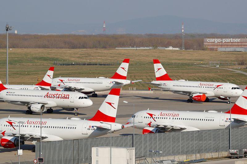 Самолеты Austrian Airlines и Star Alliance в венском аэропорту Швехат, Австрия.