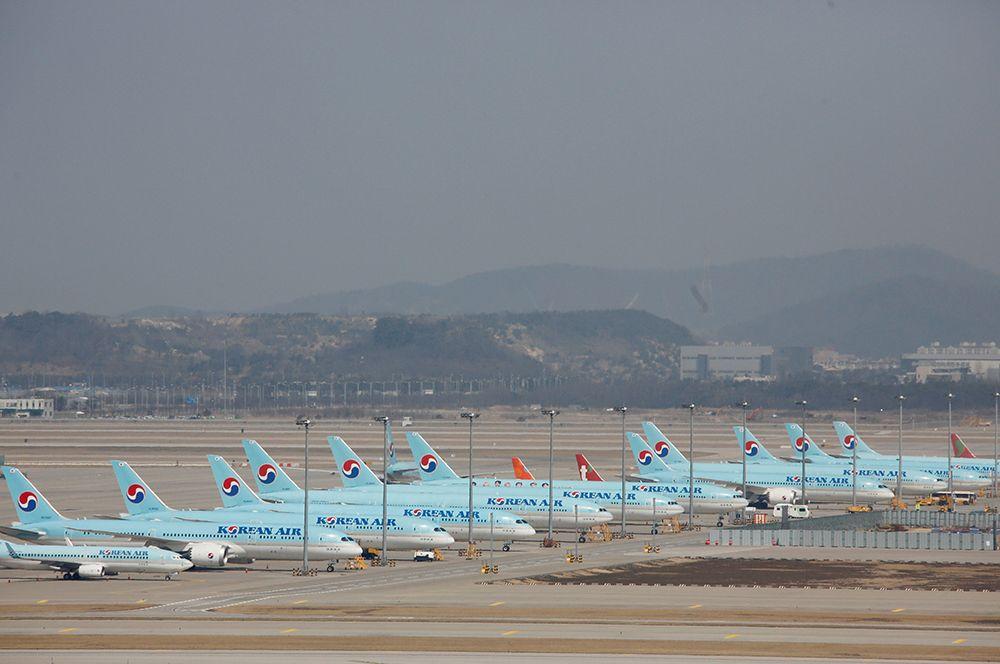 Самолеты Korean Air в международном аэропорту Инчхон, Южная Корея.