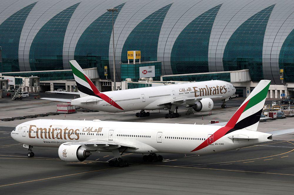 Boeing 777-300ER авиакомпании Emirates в международном аэропорту Дубая.
