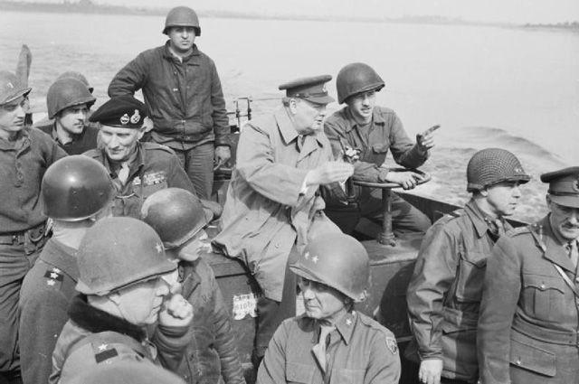 Черчилль пересекает Рейн, 25 марта 1945 года.
