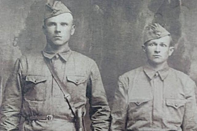 Иван Дорошенко (справа) с сослуживцем