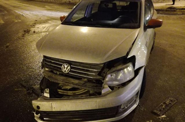 В Тольятти на Толстого/Ленина «десятка» вырвала фару и бампер у Volkswagen