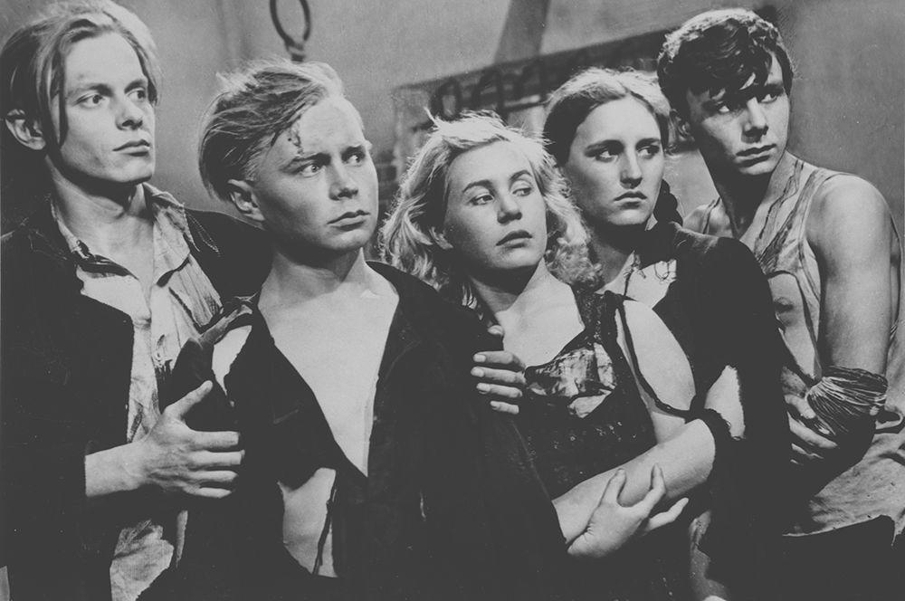 «Молодая гвардия», 1948 год. В роли Любови Шевцовой (в центре).