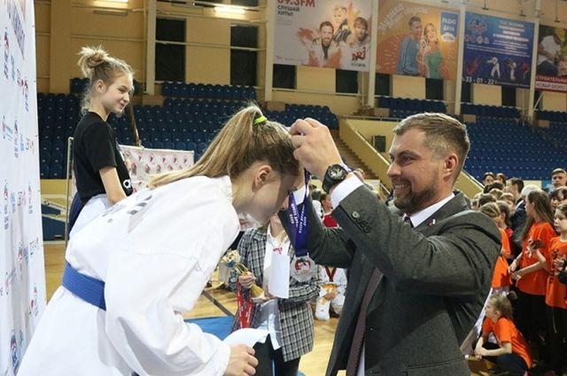 Депутат Андрей Моргунов награждает победителей соревнований.