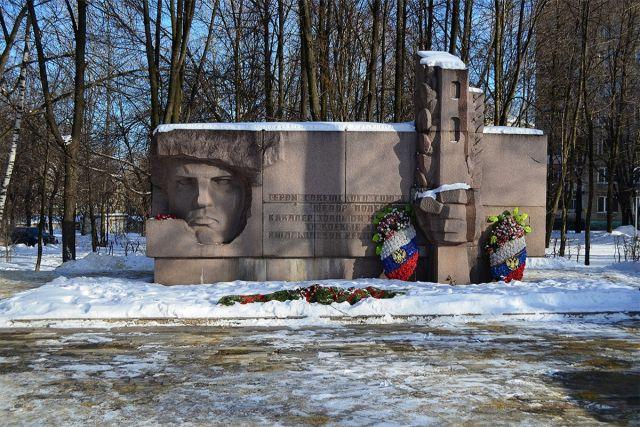 Памятник Герою Советского Союза Федору Полетаеву: угол улиц Федора Полетаева и Гагарина, Рязань, Рязанская область. Установлен в 1970 году.