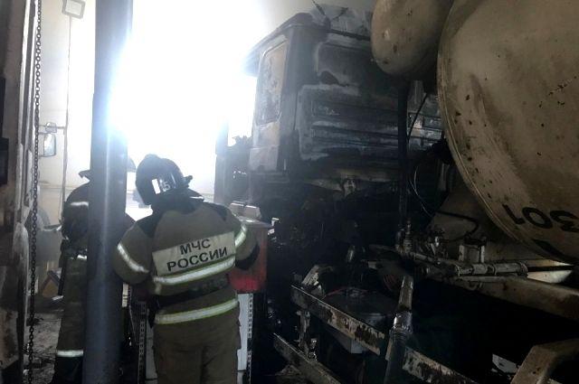 Тюменец, пытавшийся потушить бетономешалку, попал в больницу