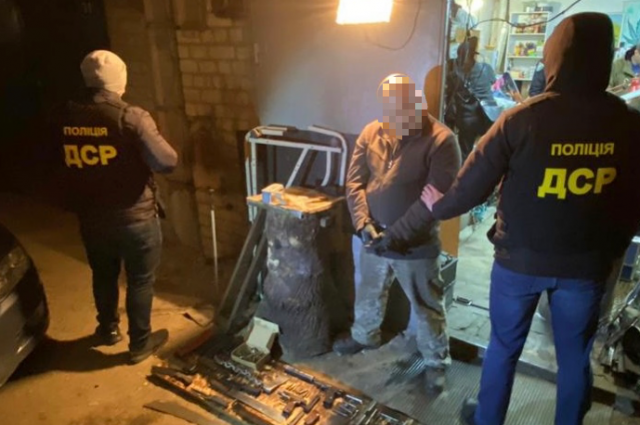В Киеве задержали иностранца за хранение оружия в гараже