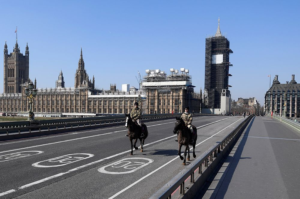Гвардейцы на пустом Вестминстерском мосту в Лондоне.