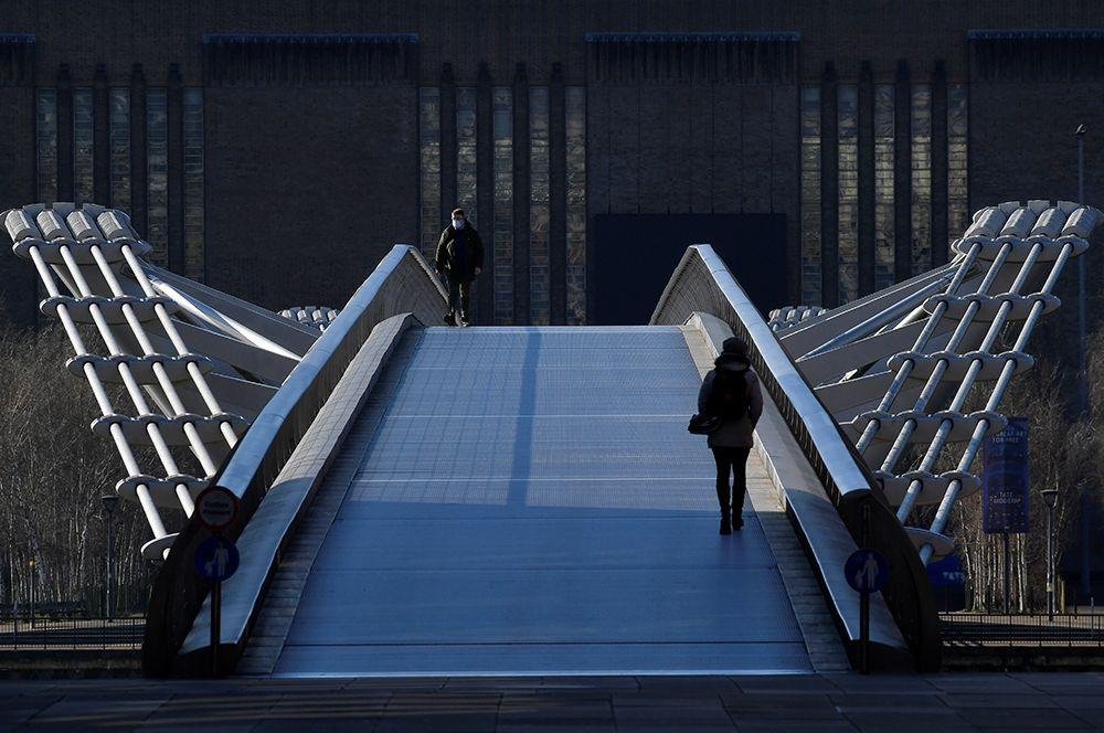 Пешеходы на мосту Миллениум в Лондоне.