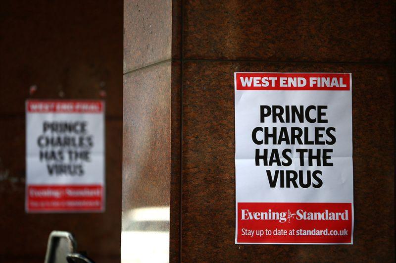 Плакаты с надписью «У принца Чарльза вирус» в Лондоне.